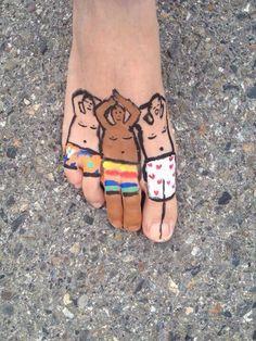 Zomer idee, schilderen op je blote voeten. Bodypainting.