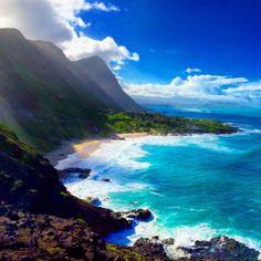 Costa Leste de Oahu com suas montanhas gigantes e 50 tons de cores. Foto: @vida.la.fora #ilhadafantasia #vidalafora #vida  #morarfora #hawaii #havai #808 #aloha #luckywelivehawaii #hilife #paraiso #eua #hi #mahalo
