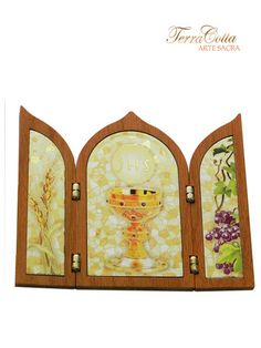 Linda capela de madeira de origem italiana, com gravura do cálice, da uva e do trigo, representação eucarística, com belos detalhes em dourado, ideal para presentear na celebração da comunhão e decorar ambientes.