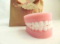 Πανέμορφο σαπούνι σε σχήμα οδοντοστοιχίας. Πραγματικά λυπάσαι να το χρησιμοποιήσεις και να το χαλάσεις!