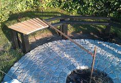 Få her en trin for trin guide til, hvordan du nemt kan bygge dit eget bålsted i haven. Bålstedet har en tilhørende bænk med plads til opbevaring af...