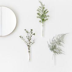 Ce mini-vase s'accroche au mur grâce à un aimant. Il peut accueillir une petite fleur, une brindille ou un objet. Il est réalisé en verre borosilicate et a été conçu et réalisé aux Pays-Bas.