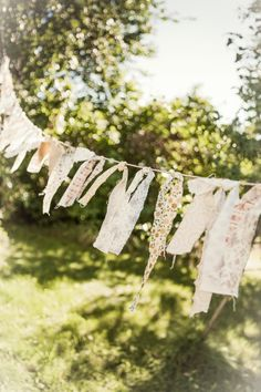 Quick and easy to do party garland. Country Life, Country Girls, Vie Simple, Blowin' In The Wind, Clothes Line, Farm Life, Fabric Scraps, Bunting, Diy Wedding