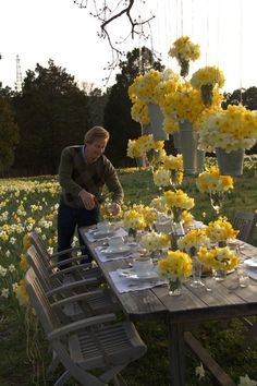 Beautiful Daffodils, simple white placesettings..