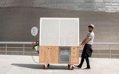 arquimaña's modern food truck sells artisanal hot dogs in bilbao Food Cart Design, Food Truck Design, Moving Walls, Hot Dog Cart, Modern Food, Coffee Carts, Café Bar, Food Stands, Higher Design