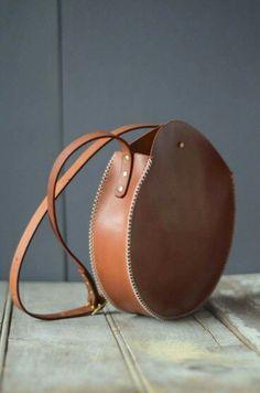 leather purses and handbags Leather Purses, Leather Handbags, Leather Wallet, Leather Art, Leather Design, Vintage Leather, Leather Bags Handmade, Handmade Bags, Crea Cuir