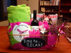 Relaxation Gift Basket: blanket, wine, candle, and magazine or book Simple Gifts, Easy Gifts, Creative Gifts, Homemade Gifts, Cute Gifts, Unique Gifts, Diy Gift Baskets, Raffle Baskets, Candy Baskets