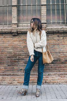 Levis_Vintage-White_Knit-Snake_Effect_Booties-Lancaster_Paris-Bucket_Bag-Outfit-Street_Style-25 натуральный джинсы