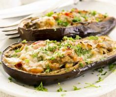aubergine stuffed with vegetables and cheese Baked Eggplant, Eggplant Recipes, Stuffed Eggplant, Vegetarian Recipes, Cooking Recipes, Healthy Recipes, Hamburger Vegetarien, Snacks Für Party, Cheap Meals