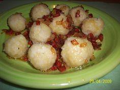 Brambor si oloupeme, nastrouháme. Tvrdý rohlík také nastrouháme, spojíme s bramborem, mírně osolíme a spracujeme. Děláme knedlíčky ve velikosti... Czech Recipes, Ethnic Recipes, Snack Recipes, Snacks, Dumplings, Gnocchi, Potato Salad, Cauliflower, Food And Drink