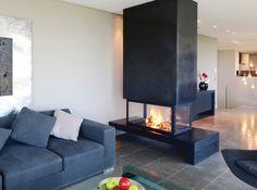 Cheminee design piros Pour une cheminée design qui correspond exactement à vos envies, optez pour le sur-mesure comme le propose la marque Piros. Ici, un particulier a choisi un modèle qui offre une hotte en acier brut et un pare-feu transparent et escamotable.