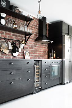 Small Kitchen Remodel Ideas New Kitchen Interior Design Remodel Brick Wall Kitchen, Black Kitchen Cabinets, Kitchen Backsplash, Backsplash Ideas, Kitchen Black, Backsplash Design, Floors Kitchen, Wood Cabinets, Exposed Brick Kitchen