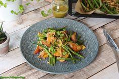 Héjában sült burgonya párolt ceruzababbal karamellizált hagymával és mustáros-kakukkfüves öntettel - GreenChili-Vegan Blog Vegan Blogs, Green Beans, Curry, Vegetables, Food, Curries, Essen, Vegetable Recipes, Meals