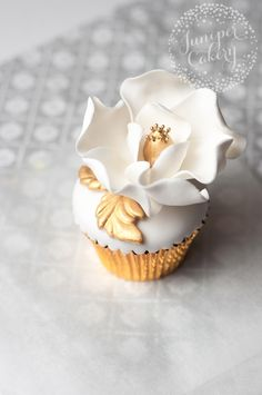 Gold and cream sugar magnolia cupcake tutorial by Juniper Cakery