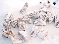 Tycker du om pepparkaksdeg är detta julgodisrecept något för dig! Louise Johanssons pepparkaksfudge är enkel att göra och smälter i munnen.
