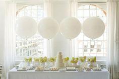 Wit is de ideale kleur voor een bruiloft in de zomer, zoals deze mooie desserttafel
