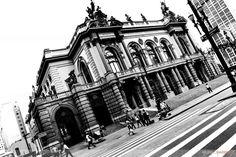 Murilo Barbosa - Centro de São Paulo  Teatro Municipal é uns dos principais Cartões postais do estado de São Paulo ,relembrando os mais importantes teatros do mundo, com grandes influências da Ópera de Paris. Inaugurado 1911 trás pessoal do mundo todo para que conheça , sua estrutura limpa e contemporânea .    #ArqCriativa