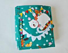 Bebé. Libro tranquila en hecho a mano. Libro ocupado. Babybook página, tranquilo niño libro .activity libro, niño tranquilo libro, libro ocupado niño, libro sensorial, edredón del bebé. Página de libro de fieltro   ........ Este hermoso y colorido libro de ABC hará las delicias de su hijo...    ........ Su bebé tocando su pequeños dedos libro estará ocupada con el trabajo importante y aprende muchas cosas muy...  ........ Un niño que está interesado en el desarrollo será sin duda más…