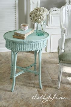 painted vintage wicker side table - that color Shabby Chic Stil, Shabby Chic Cottage, Shabby Chic Decor, Cottage Style, Painted Furniture, Diy Furniture, Plywood Furniture, Modern Furniture, Furniture Design