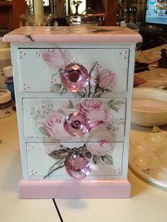 Espertar Decoupage Furniture, Decoupage Box, Cool Furniture, Painted Furniture, Recycled Furniture, Shabby Chic Pink, Shabby Chic Decor, Jewelry Box Makeover, Dressing Room Design