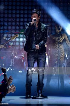 Singer Enrique Iglesias performs onstage during the 5th Annual TeenNick HALO Awards at Hollywood Palladium on November 17, 2013 in Hollywood, California.