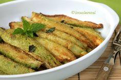 Le zucchine impanate al forno sono un contorno o antipasto croccante e leggero, preparate con pangrattato e poi condite con aceto e menta.