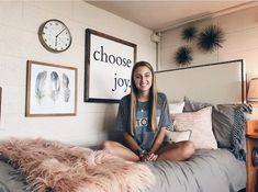 13 Best Genius Dorm Room Organization Ideas to Make Your Space Your Own. Best Genius Dorm Room Organization Ideas Moving into a dorm room soon? The classes, the people, the living away from home and many things to look forwa Dorm Room Organization, Organization Ideas, Home Renovation, Genius Ideas, Dorm Life, College Life, Dressing Room Design, Stylish Bedroom, College Dorm Rooms