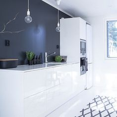 Modern and chic, Glass Kitchen, New Kitchen, Interior Styling, Interior Decorating, Small Bathroom Paint, Kitchen Cabinets Pictures, Inspire Me Home Decor, Kitchen Stories, Minimalist Kitchen
