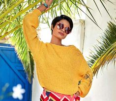 Пуловер со спущенными проймами и цветочной вышивкой - Вязаные модели спицами для женщин