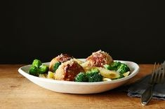 10 Best Weeknight Chicken Dinner Recipes - Pasta with Spicy Chicken Sausage Meatballs and Broccoli Broccoli Pasta, Fresh Broccoli, Broccoli Recipes, Pasta Recipes, Chicken Recipes, Cooking Recipes, Healthy Recipes, Broccoli Chicken, Healthy Foods