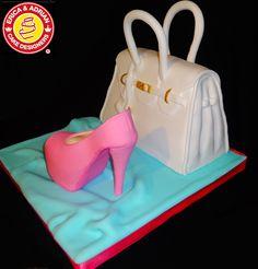 3d white purse cake and high heel sugar shoe. Torta cartera blanca 3d y zapato de azúcar.