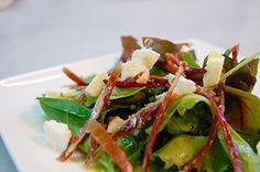 Ensalada de brotes con jamón ibérico, mozzarella de búfala, sal en escamas y aceite de oliva - Muy de Miguel
