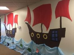 VBS Treasure Quest: pirate ships made with projector and bulletin board paper. Deco Pirate, Pirate Day, Pirate Birthday, Pirate Theme, School Decorations, School Themes, Classroom Themes, Pirate Bulletin Boards, Decoration Pirate