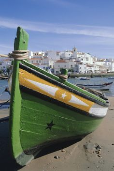 De escapada... Al Algarve Via Revista Woman.es El Algarve suma todos los ingredientes para una perfecta escapada de verano: playas increíbles, sol garantizado, preciosos paisajes costeros, bonitas villas de pescadores, sabrosa gastronomía de mar... y, además, mucha animación. #Portugal