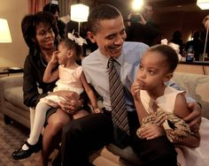 9 Rare Photos of Barack, Michelle, Malia, and Sasha Obama's Journey To Win The White House Malia Obama, Michelle Und Barack Obama, Barack Obama Family, Obamas Family, Malia Ann, Malia And Sasha, Presidents Wives, American Presidents, Presidente Obama