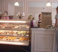 OOOh! I'd love to own a cute bakery like this.
