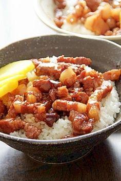 豚ばら肉などを細切れにし、甘辛く炊いてご飯にかけてパクッ! 鶏肉飯とは打って変わって、この『魯肉飯(ルーロウファン)』は、ほとんど全ての食堂メニューに登場するといっていいほどの定番ご飯です。 お店ごとに少しずつ味付けが違うので、現地で食べ比べるもよし、帰国したらわが家の定番の味を作るのもよし!