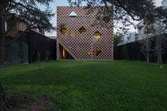 Die halboffene Nordfassade zum Garten schützt die dahinter liegenden Loggien und Terrassen Concrete Wall, Brick Wall, Modern Brick House, Brick Works, Brick Detail, Brick Architecture, Brick Building, Building Materials, Solar Panels