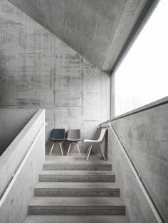 CEMENTO · STAIRS Die pure Übersumme des Betons ist besonders wirkungsvoll wenn auch komplexe Formen in ein und demselben Material ausgeführt werden. Umso entscheidender ist die Möblierung, die hier auch farbliche Akzente setzen kann. Und die großflächige Verglasung, die immer mit den Kanten die aus Beton gegossenen Haus verläuft.