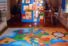 Spielerisch die Welt verstehen. Hier wurde einfach eine Spielfläche mit einer Europakarte bedruckt. Mit diesen PVC Bodenfliesen ist alles möglich! Kids Rugs, Home Decor, Flooring Tiles, Games, World, Cards, Simple, Ideas, Kid Friendly Rugs