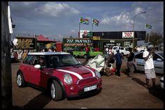 Le week-end à Soweto, la banlieue noire de Johannesburg réputée pour sa criminalité et sa pauvreté, les black diamonds, les nouveaux riches, saffichent au volant de leur cabriolets.
