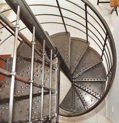 Escalier hélicoïdal en métal laqué