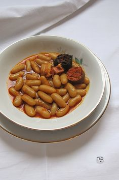 La auténtica receta de Fabada Asturiana. To be Gourmet | Recetas de cocina, gastronomía y restaurantes. Chefs, Gourmet Cooking, Spanish Food, Omelette, Churros, Flan, Mexican Food Recipes, Sausage, Almond