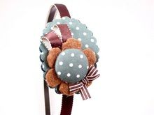 BIXUT- Diadema realizada en tela, lazo, fieltro y botón forrado de tela. Felt Crafts, Alice, Tulle, Diy, Hands, Google, Jewelry, Hair Decorations, Hooks