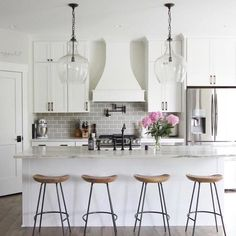 Kitchen decor, kitchen cabinets, kitchen organization, kitchen organizations and of course. The kitchen is the center of the home, so it's important to have a space you love! These pins are my favorite kitchens and kitchen ideas. Classic Kitchen, Farmhouse Style Kitchen, Modern Farmhouse Kitchens, Home Decor Kitchen, Country Kitchen, Kitchen Furniture, New Kitchen, Kitchen Ideas, Awesome Kitchen