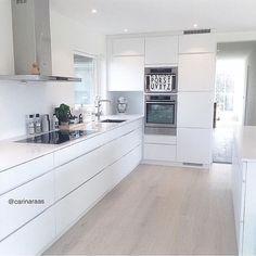 The beautiful white kitchen of @carinaraas