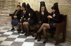 Semana Santa: Mujeres con mantilla antes de la procesión de 'Los Estudiantes' en Almería