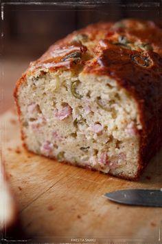 Ciasto wytrawne z szynką, serem i oliwkami