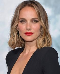 How to recreate Natalie Portman's red carpet beauty look 💄 via link in bio. Coiffure Hair, Costume Noir, Blonde Hair Looks, Strawberry Blonde Hair, Color Your Hair, Hair Colors, Big Hair, Dark Hair, Hair Inspiration