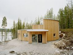 Swedish practice Kjellgren Kaminsky Architecture have built a prefab passive house in Borlänge, central Sweden. The house is situated by a lake in a pine forest Layouts Casa, House Layouts, Modern Architecture Design, Modern House Design, Modern Houses, Building Design, Building A House, Green Building, Small House Swoon